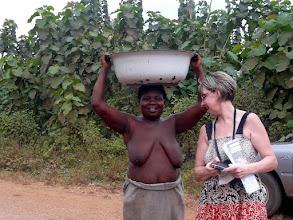 Photo: cette dame nous confirme que nous sommes dans la bonne direction...et fait appel à un voisin pour chercher un certain Laurent Adjara à moto..