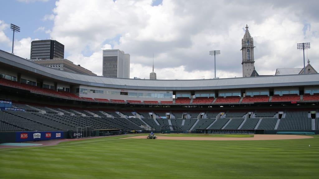 Un juego de beisbol con espectadores en las gradas de un estadio  Descripción generada automáticamente