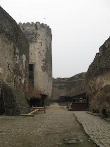 Zamek Bolków - dziedziniec główny i wieża zamkowa