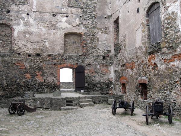 Zamek Bolków - dziedziniec główny i wystawa armat