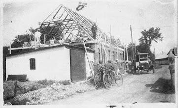 Photo: Garagen ved telefoncentralen. Senere købmand Holsts butik. Man kan skimte Mads Madsens gård bagerst til højre i billedet.