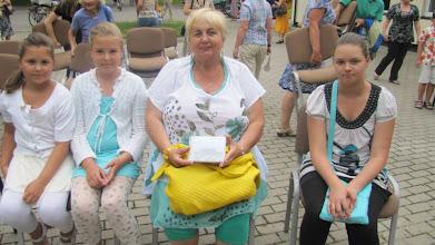 """Photo: Viktorinos nugalėtoja, nuolatinė """"Pėdink į Girulius"""" renginių dalyvė su anūkėlėmis"""