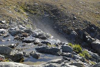 Kuva: tuuli pärskytti putouksen vettä ylävirran suuntaan