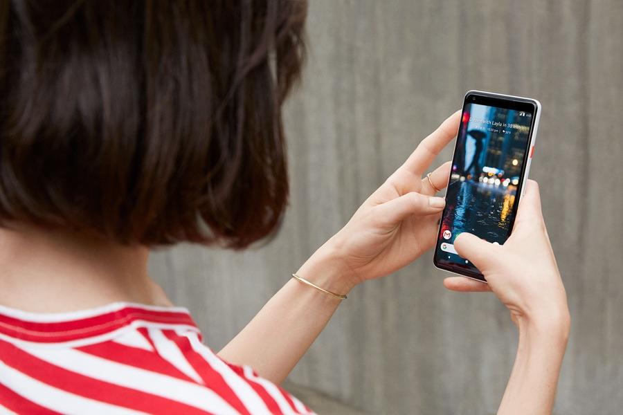 Blick über die Schulter einer Frau auf deren Google Pixel-Phone