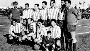 Domingo Sosa, al lado del portero,  en una de las alineaciones del Almería de los años cincuenta.
