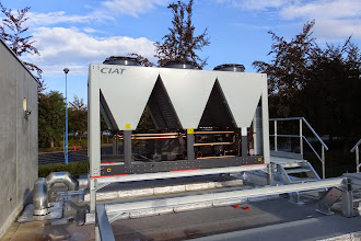 Photo: Installation du 1er groupe froid. (Visite du 19 Sept 2014)