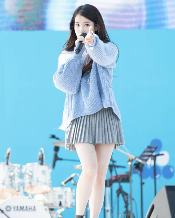 IU sweater 3