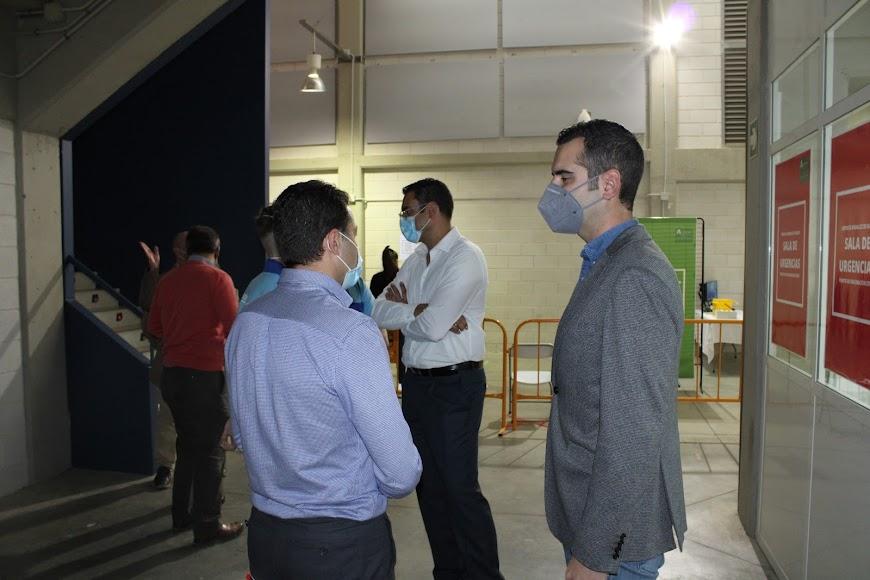 El alcalde de Almería recibiendo información.