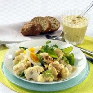 Blumenkohl-Zuckerschoten-Salat mit Curry-Erdnuss-Joghurt-Dressing (Diabetiker)