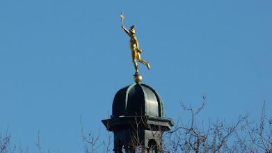 Photo: Skulptur Götterbote Hermes auf der Spitze des Turms der ehemaligen Oberpostdirektion
