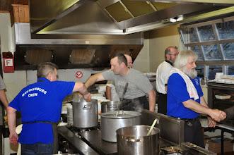 Photo: De voltallige keukenploeg doet zijn uiterste best...