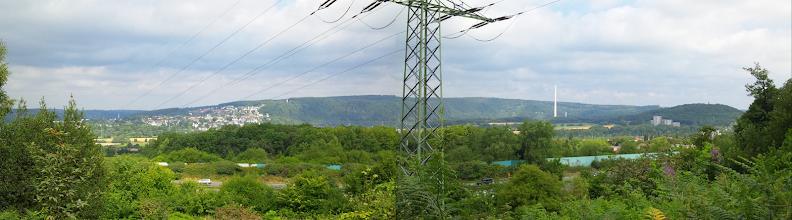 Photo: Montage zweier 3D-Fotos vom 3.8.2013, welche am Nordhang der Halle unweit der Autobahn A1 das Ruhrtal zwischen Wetter und Brockhausen (bei Hagen-Vorhalle) zeigt. Im Mittelgrund das ,blaue Band' des Autobahn-Lärmschutzes.