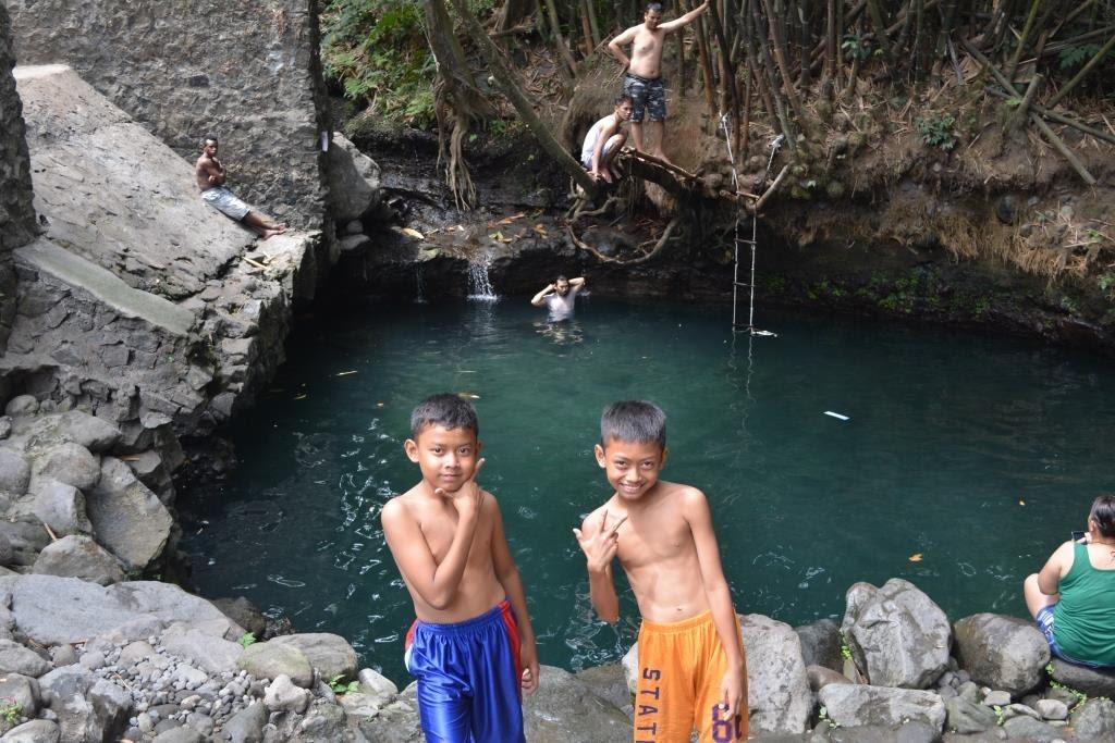 Pokoknya bahagia bocah bocah kampung di kawasan pemandian blue lagoon