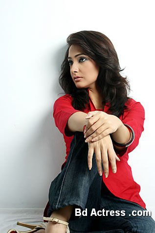 Pakistani Model Amna Karim wall sitting