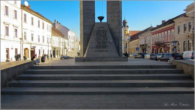 """Photo: Cluj-Napoca - Bulevardul Eroilor - 2018.01.31 Monumentul Memorandistilor - Inaugurat in 1994, realizat de sculptorul, Eugen Legman Paul Inscriptie: Monumentul este un omagiu adus luptei de emancipare naţională a românilor transilvăneni, precum şi fruntaşilor memorandişti, judecaţi şi condamnaţi, în 1894, la Cluj. Inscriptie: """"Existenta unui popor nu se discuta, se afirma """" Ioan Ratiu – Cluj, 23 Mai 1894"""
