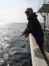 Photo: ワタナベさんもヒット! ヒラスキャッチでしたが、その前に大きなのを釣られたので写真は「なし」でお願いします。