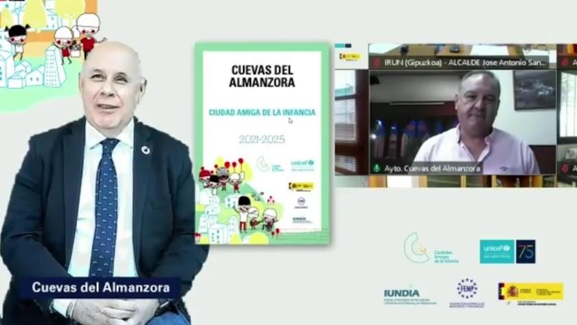 Entrega del reconocimiento al alcalde, Antonio Fernández Liria, en una videoconferencia.
