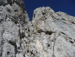 Photo: La chimenea, la brecha y, a la derecha, el inicio de la arista a la cima.
