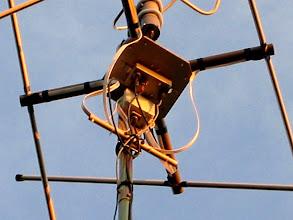 Photo: Là on voit trés bien le boitier des relais inverseurs commandé à 20/25 métres par un boitier avec les micro-interrupteurs Ce qui me permet en réception de passer de la Lindenblad à la QFH selon la hauteur sur l'horizon des sat's NOAA