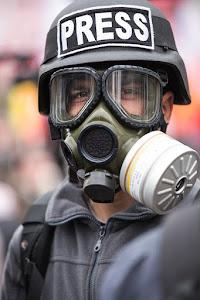 persfotograaf met gasmasker op