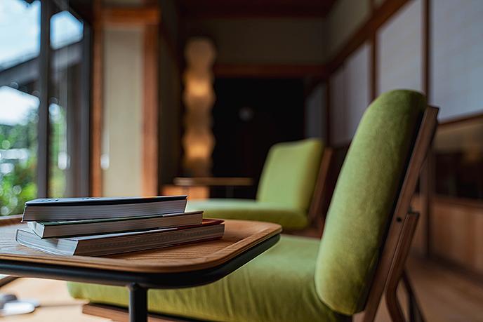 テーブルの上に置かれた椅子  低い精度で自動的に生成された説明