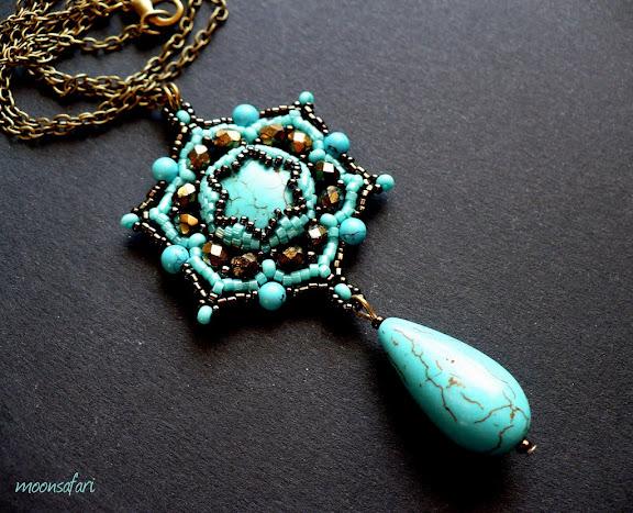 Egyedi gyöngyfűzött türkiz medál