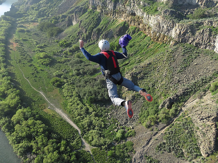 BASE jumping: no licence, no regulation, only the earth is