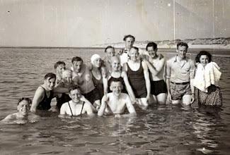 Photo: kamp VCJBTerschelling 1948 v.l.n.r. Voor in het water ?? , Roelof Vedder Jzn., ?? Staand ?? , Jan Moek, ?? , Hendrik Witting, Grietje Dekker , Rudolf Okken, ?? Roel Drenth, ?? , Teunis Rozenveld, Willem Wilms en Tini Kroeze (met jurk)