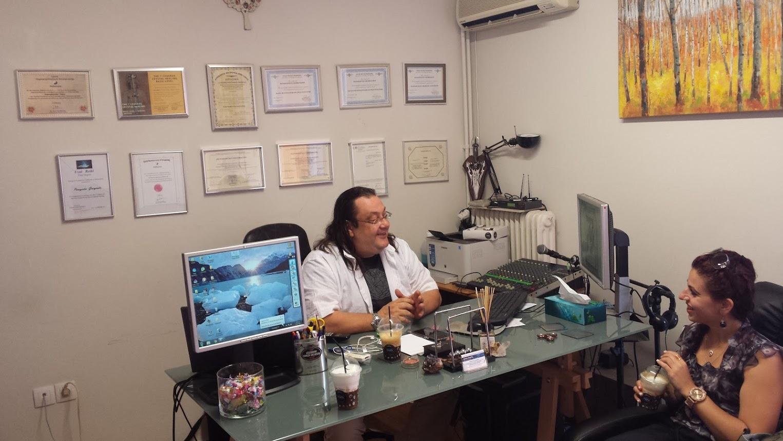 Ο κ Παναγιώτης Γεωργιάδης μας υποδέχεται σε ένα από τα γραφεία του κέντρου Astral Aspera