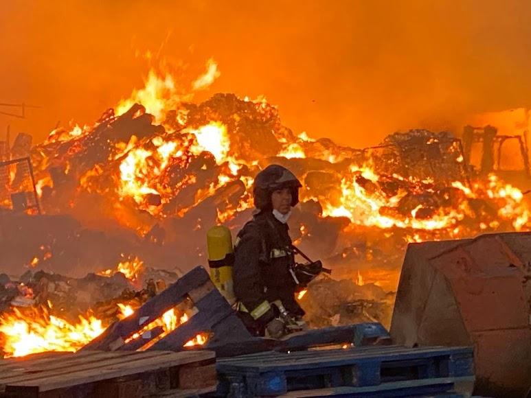 Arde la empresa Reciclajes Lunimar de Viator.