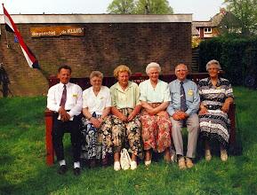 Photo: reunie 5 mei 1995, 50 jaar na de bevrijding van de oorlog dhr. en mevr Visser, hij was in de oorlog als evacué bij de fam. Okken Verder op de foto Fenny Martens-Okken, Appie en Rudolf Okken en Hennie Okken-Nijborg Deze dag werd georganiseerd door de oranjevereniging