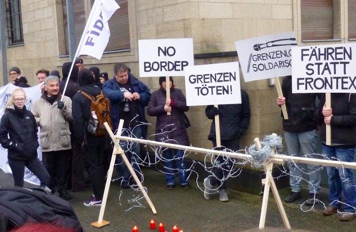 Demonstranten mit Transparenten: «FIDEV», «NO BORDER», «GRENZEN TÖTEN!», «Grenzenlos solidarisch», «Fähren statt Frontex».