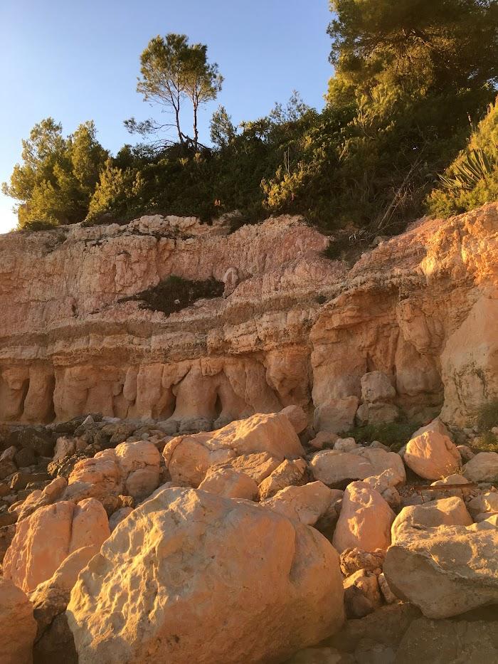 Rotsblokken aan Cala Penya Tallada