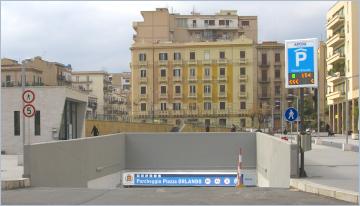 Sizilien - Neuer bewachter Parkplatz im Zentrum von Palermo.