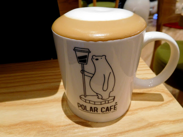 這家位在民生社區療癒系北極熊咖啡店 店內環境乾淨舒適,貼心提供wifi和插座 還有熊熊陪伴喝咖啡一個人來也不孤單哦