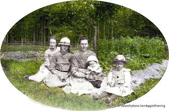Photo: Granlund 1921. Fr v Elsa, Rut, Mor Emma Andersson, Gösta, och Margit Andersson