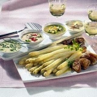 Spargel-Fondue mit vier Soßen und Filet