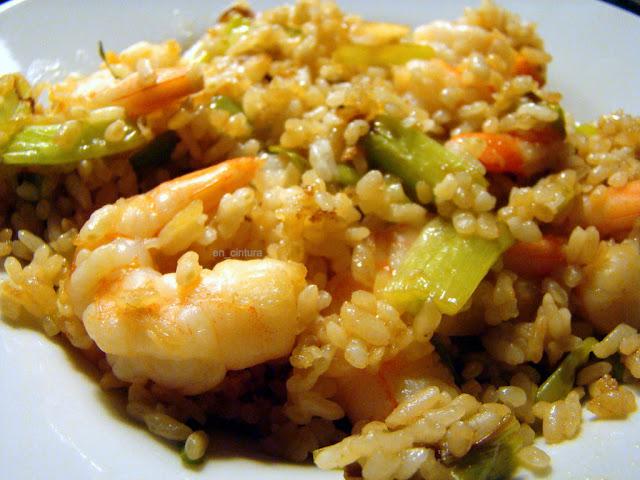 Salteado de arroz, cebolletas y langostinos