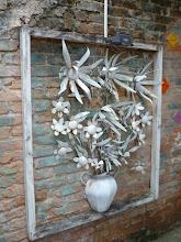 Photo: Belo caso em metal, dentro da moldura. http://celiamartins.blogspot.com/