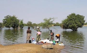 Photo: pranie odzieży w rzece
