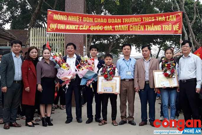 """2 em Văn An và Quỳnh Trang trong niềm vui hân hoan cùng các thầy cô giáo của Trường THCS Trà Lân khi Dự án """"Cải tiến xe lăn bổ trợ dụng cụ phục hồi chức năng"""" đạt giải Nhì"""