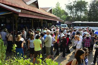 Photo: 8- Site d'Angkor - c'est la cohue à la billetterie, ou l'on se trouve mêlé aux cars de touristes. Vous achetez une de forfait, valable de 3 jours à 1 semaine, qui sera pointé sur tous les sites visités.
