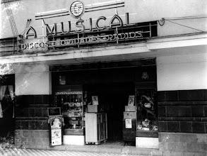 Photo: A Musical, loja especializada em aparelhos musicais. Funcionou até o início da década de 1990 na Rua do Imperador, aonde hoje é a Galeria Quartier, embaixo do antigo Hotel D. Pedro. Foto sem data