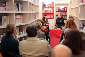 Photo: Če delaš omleto: pogovor z Ladom Kraljem v knjigarni Beletrina. (Foto Manca Čujež)