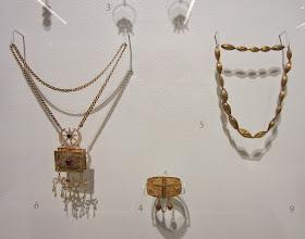 Photo: Museo esitteli hyvin Azerbaidjanin historiaa: tässä koruja, joista oikeanpuoleisen olisin voinut kelpuuttaa edelleen käytettäväksi