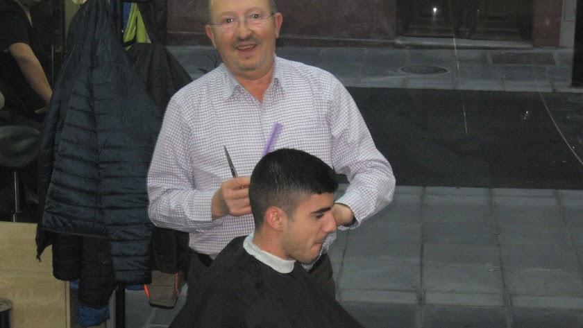 El peluquero Luis García en uno de sus cortes de pelo, el pasado 31 de diciembre. Foto de J.L. Laynez