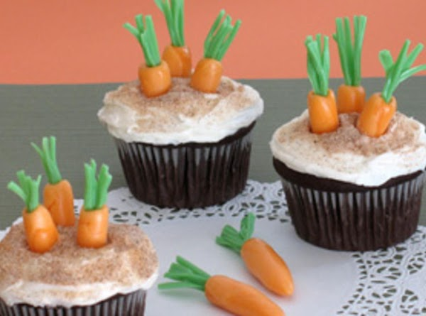 When all the carrots are made (you'll want 2 or 3 per cupcake), frost...