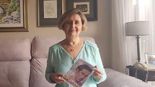 María Dolores Durán muestra el diseño de portada de la publicación.