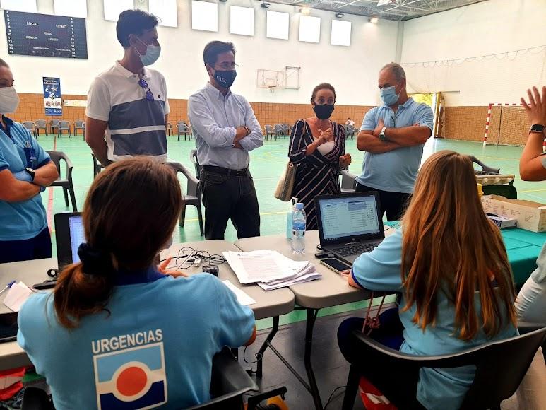 La gerente de Distrito Sanitario Poniente, Enriqueta Quesada, y el alcalde de El Ejido, Francisco Góngora, visitan un punto de vacunación.