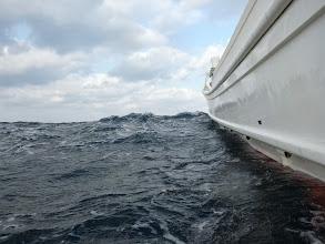 Photo: 波は高いです。 ・・・更に船酔いがひどくなる。